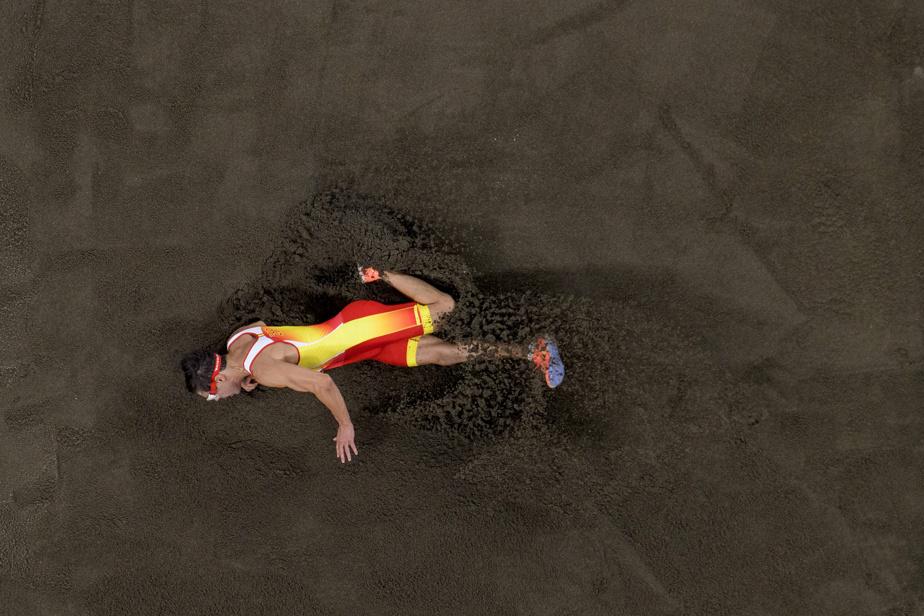 Vue aérienne de la fin du saut en longueur de l'Espagnol XavierPorras