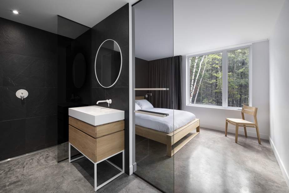 Chaque chambre dispose de sa propre salle de bains, ce qui assure une certaine intimité aux occupants.