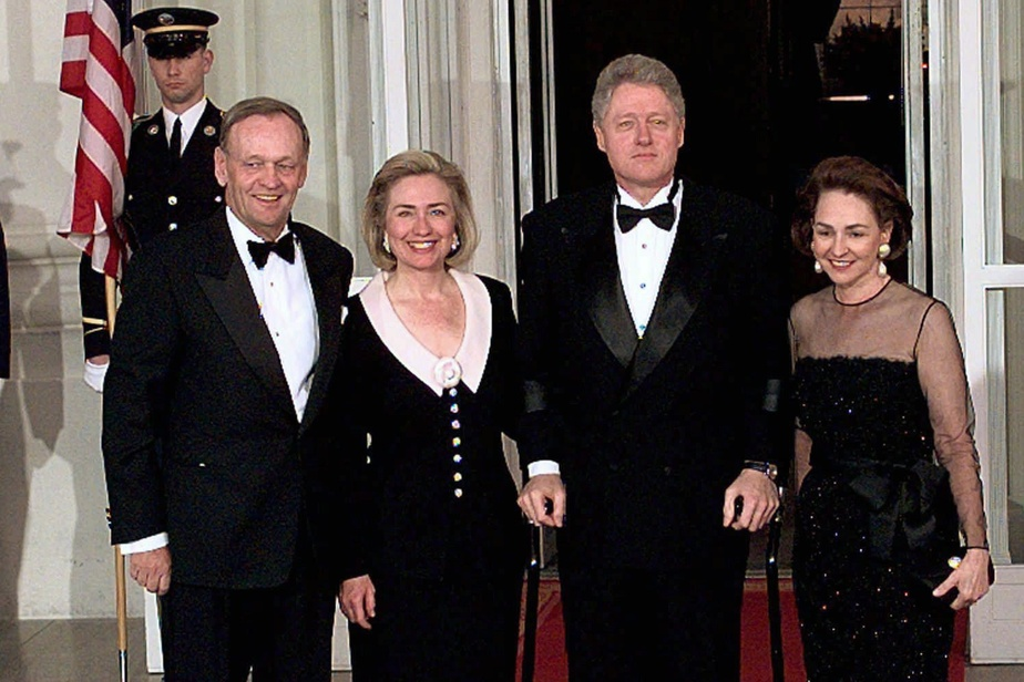 Jean Chrétien (à gauche) et Aline Chrétien (à droite) entourent Hillary et Bill Clinton lors d'une visite à la Maison-Blanche en 1997.