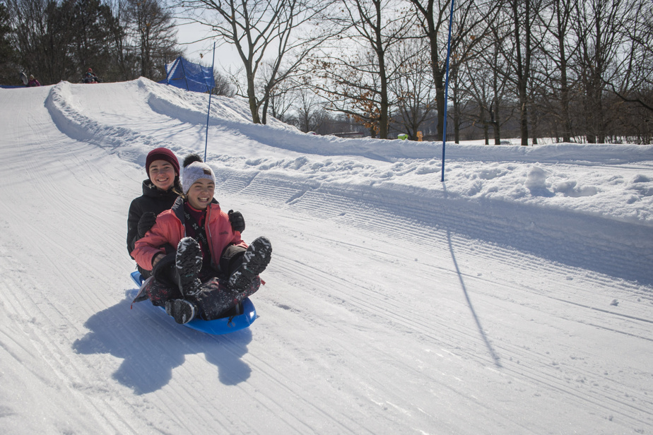 Les sœurs Méa et Lauranne Mulholland ont mis à profit leur traîneau le temps de quelques descentes.