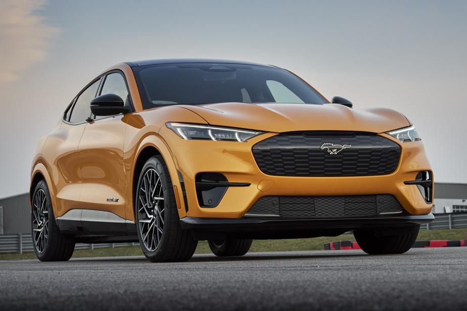 Ford Mustang Mach-E GT Performance— Première livrée foncièrement sportive du Mach-E, cette nouvelle version GT Performance augmente la puissance du multisegment électrique à 480ch. C'est plus qu'une Ford Mustang GT de série, mais surtout assez pour boucler le 0-100km/h en 3,7s tout en assurant une autonomie estimée à 418km. Le tout est complété par des amortisseurs adaptatifs MagneRide et un système de freinage plus imposant. Tout ça dans le but de concurrencer le Tesla Model Y Performance.