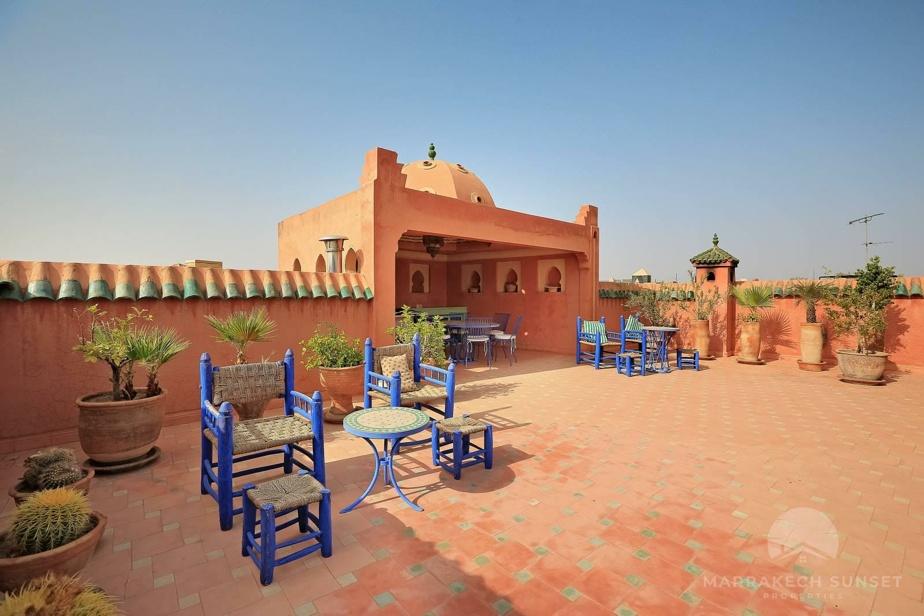 Terrasse ensoleillée, avec son mobilier de couleur bleu Majorelle