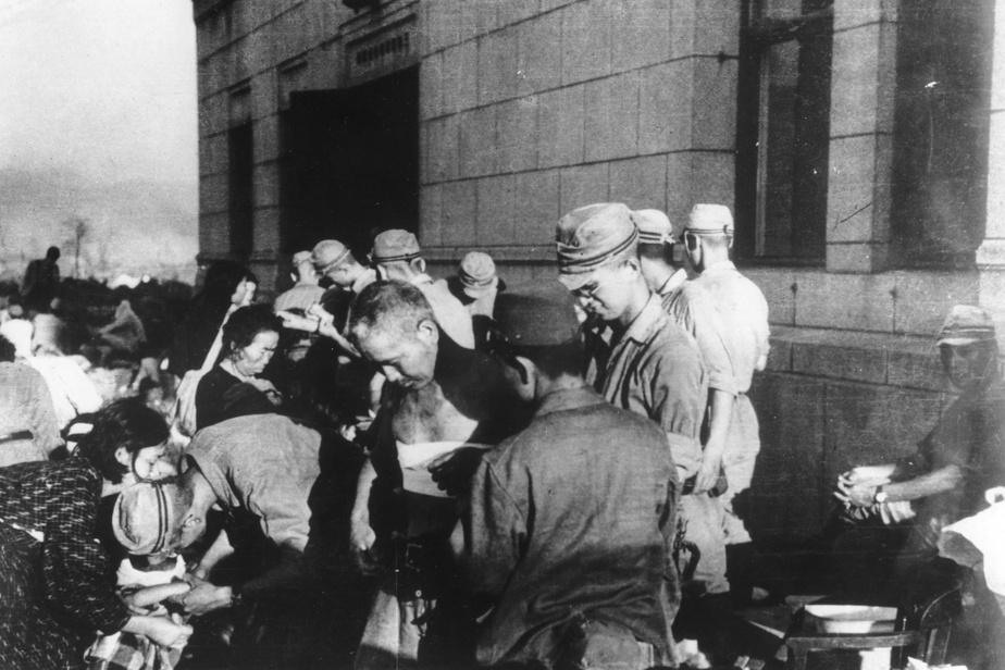 Des militaires japonais donnent les premiers soins à des blessés quelques heures après la catastrophe.