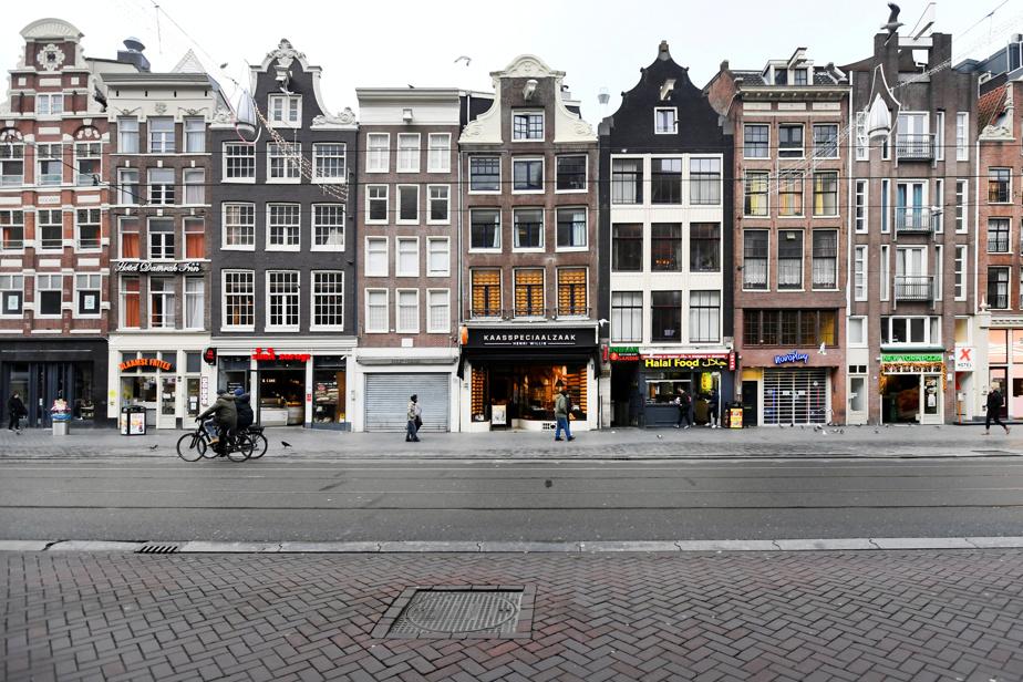 Amsterdam, l'une des villes les plus affectées par le «surtourisme», a tenté d'interdire les locations d'appartements pour de courts séjours (de type Airbnb) sur une bonne partie de son territoire, l'été dernier.