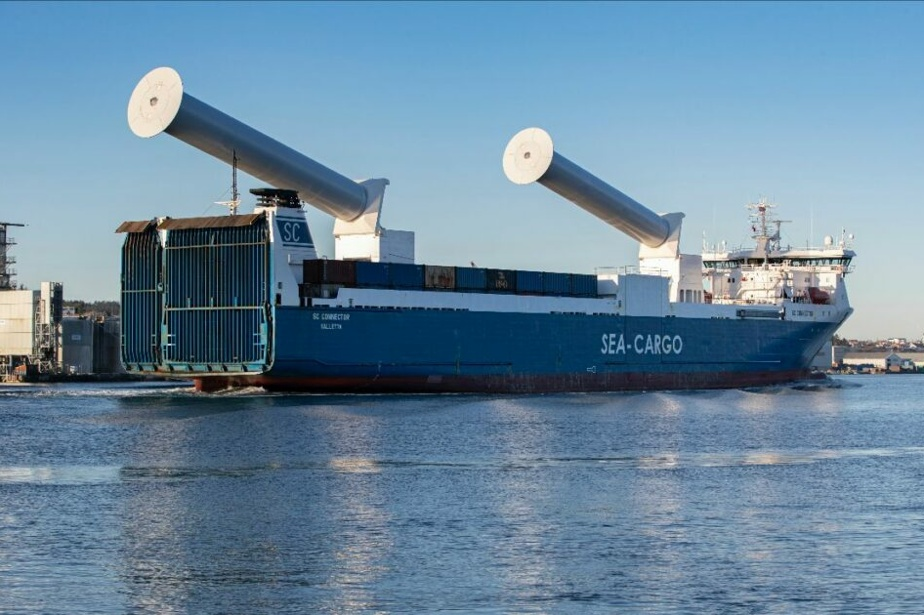 Ce traversier à voitures et camions dans les mers Baltique et du Nord, et est équipé de voiles rotors rétractables pour passer sous les ponts.