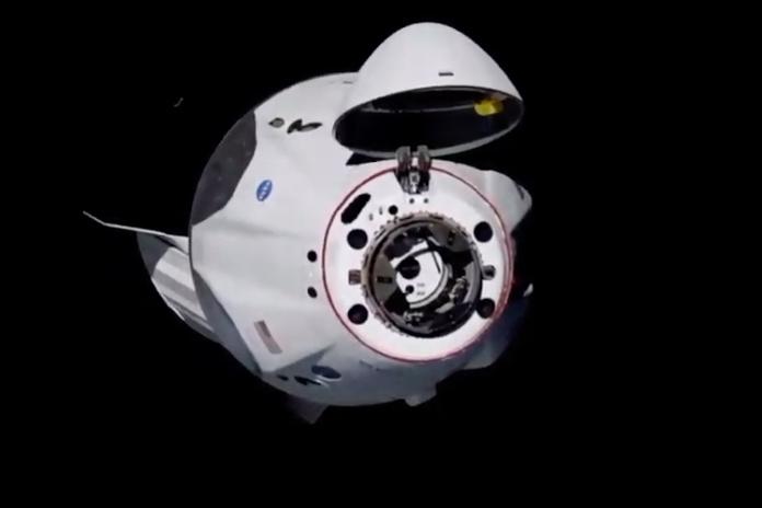 Les premiers astronautes transportés par SpaceX sont arrivés à bord de l'ISS)