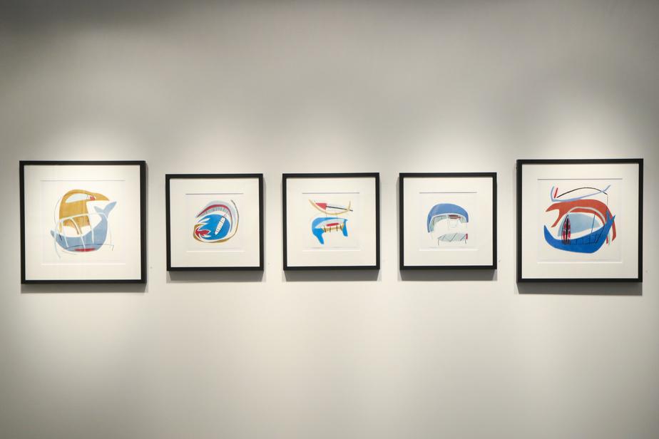 Cinq œuvres de Lyne Bastien créées au crayon de couleur sur papier Stonehenge.