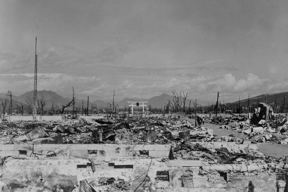 Le 9août1945, la ville de Nagasaki est à son tour touchée par une bombe atomique, qui tue environ 40000personnes.