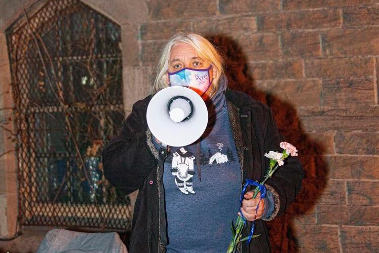 Le support est facile à mettre. Manon Massé n'a pas hésité à enfiler un masque de l'ATQ pour afficher son soutien à la communauté lors d'un évènement.