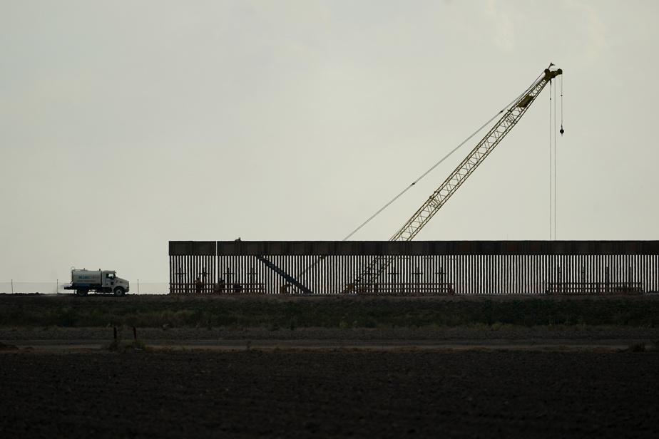 Une grue à l'œuvre le long de terres agricoles à Hidalgo, au Texas, le 16novembre.