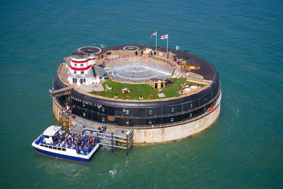 Voici No Mans Fort, avec sa plateforme d'atterrissage pour hélicoptère et une immense verrière circulaire.