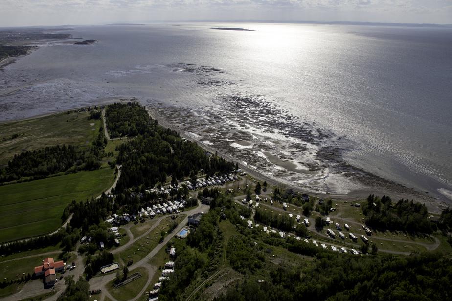 Il est possible de camper directement sur le bord du fleuve au Camping plage Trois-Pistoles, dans le Bas-Saint-Laurent.