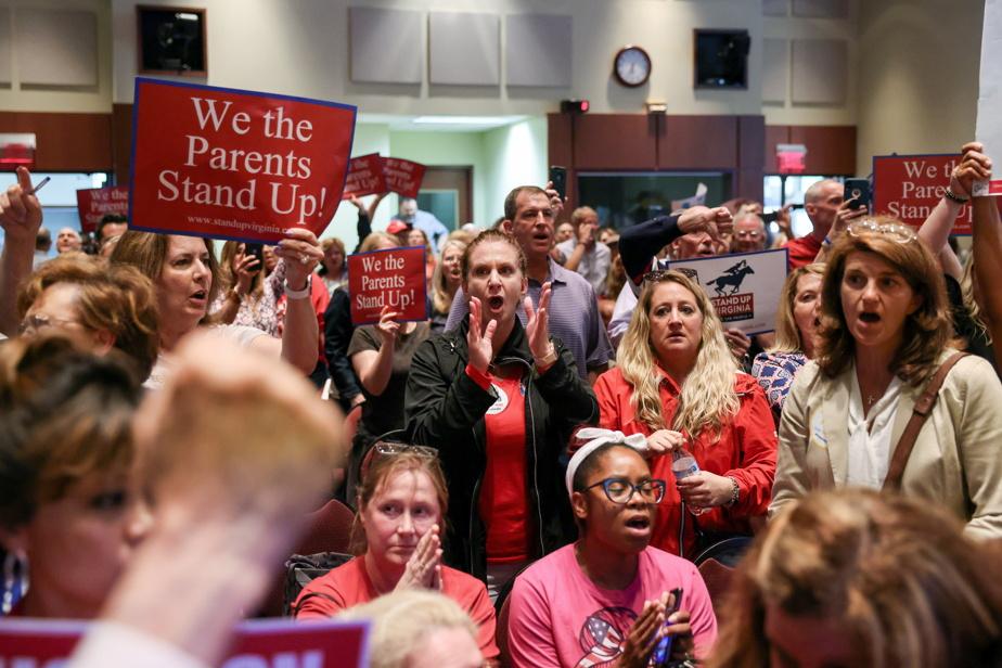 La foule a refusé de se calmer et a entamé l'hymne national des États-Unis pendant la réunion.