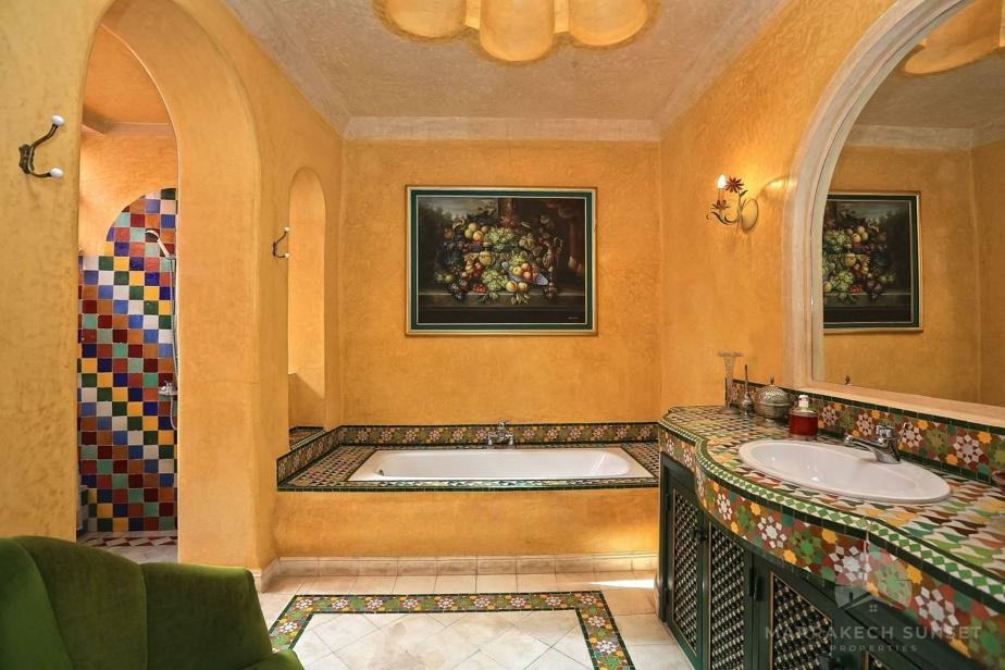 L'une des salles de bain, avec murs jaunes et mosaïques vertes.