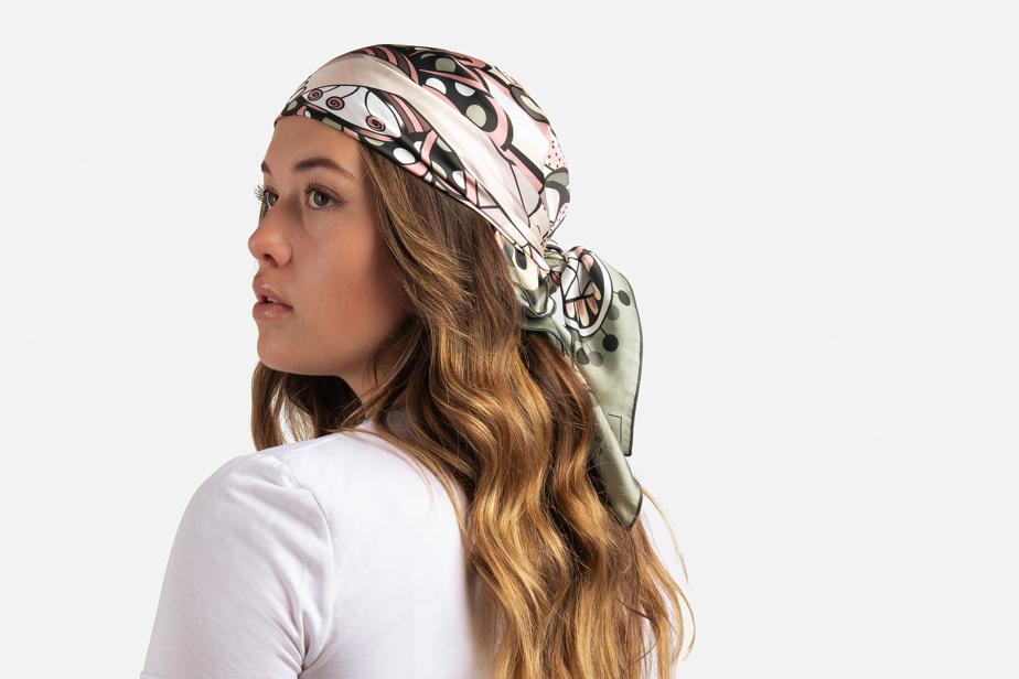 Le foulard peut être porté de multiples façons, notamment sur la tête…
