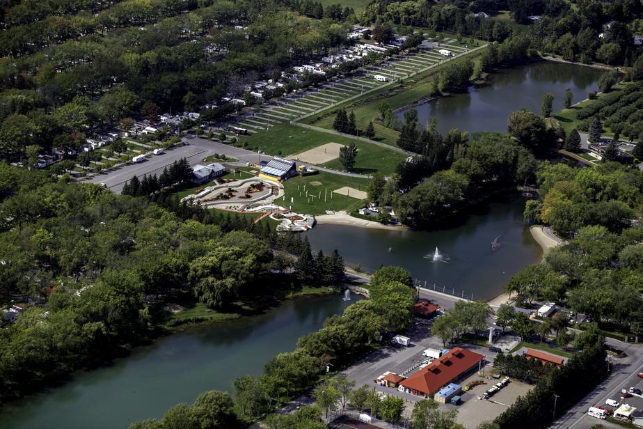 Situé au pied du mont Saint-Hilaire, en Montérégie, le Domaine de Rouville accueille chaque année plus de 200000visiteurs sur ses 1960terrains saisonniers.