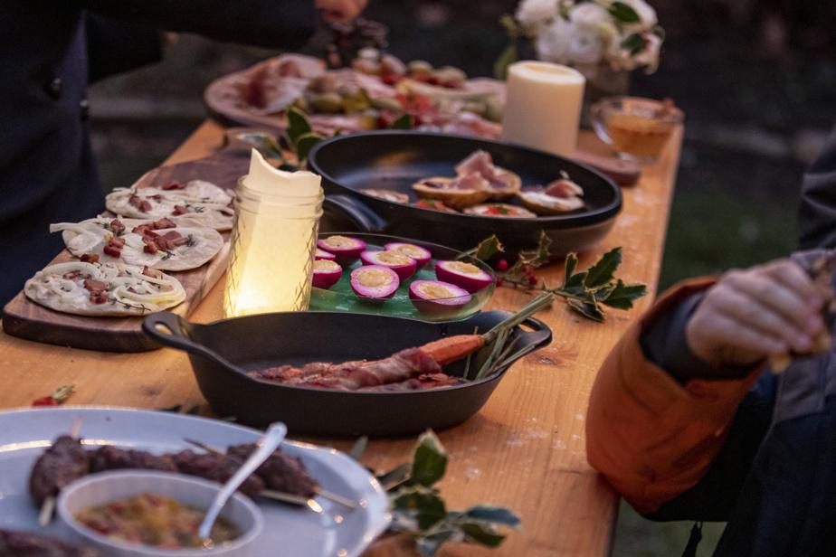On peut manger autour du feu… ou assis à table, avec une couverture de laine