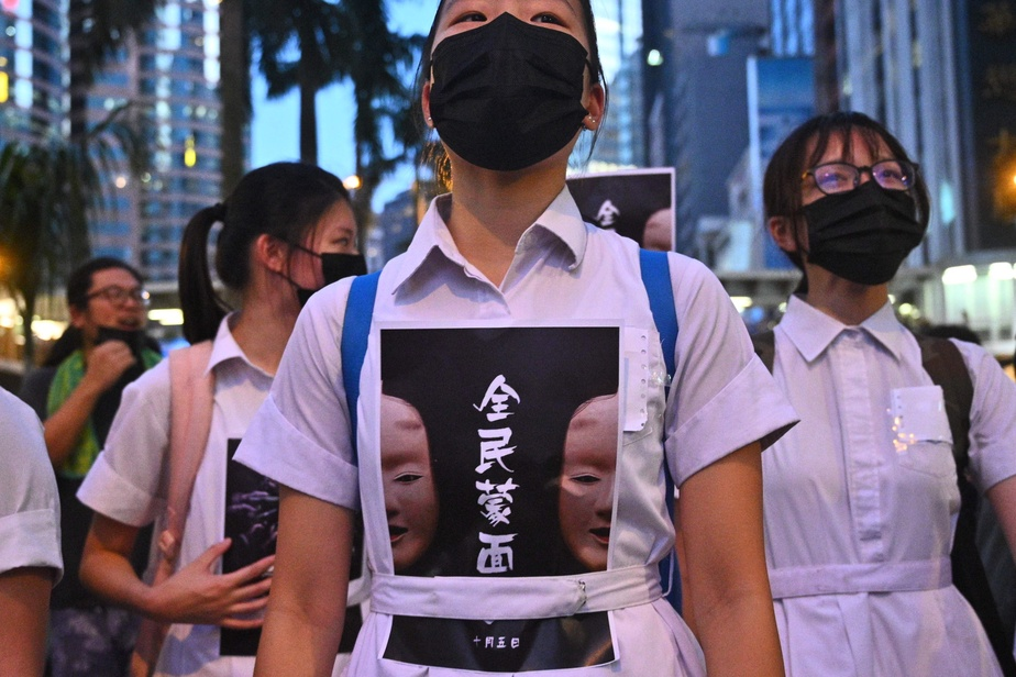 Hong Kong : les manifestants bravent l'interdiction de manifester le visage masqué