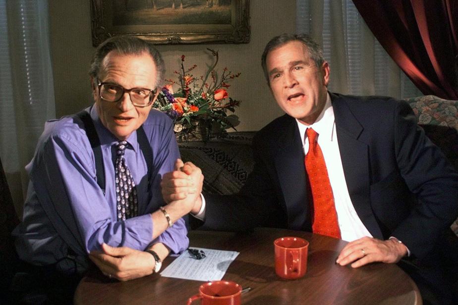 Larry King et l'ancien président des États-Unis George Bush à l'époque où il était candidat républicain à la présidentielle et gouverneur du Texas, en décembre1999