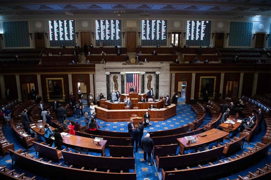 Incitation à l'insurrection La Chambre des représentants vote pour destituer DonaldTrump )