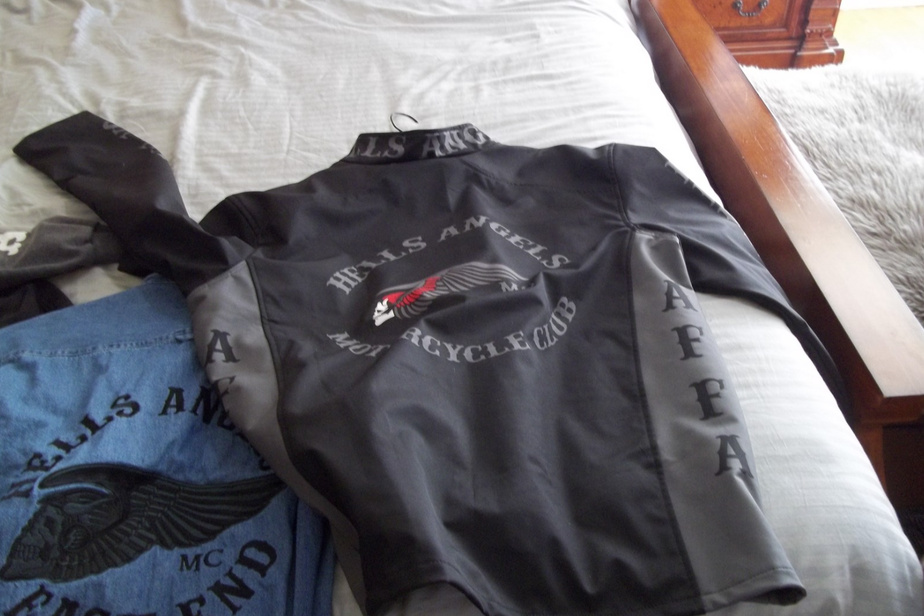 Des vêtements à l'effigie des Hells Angels ont également été saisis chez Claude Gauthier durant l'enquête Orque.