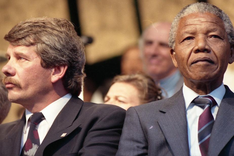 NelsonMandela et le maire Jean Doré sur la scène du Champ-de-Mars à Montréal, le 19juin1990, où l'ancien prisonnier politique a livré un discours.