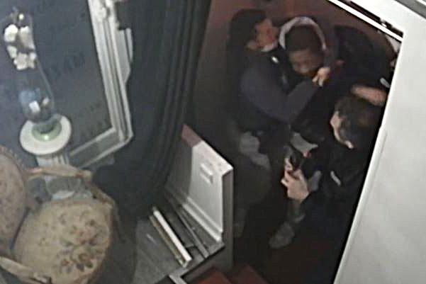 Producteur noir tabassé en France Les quatre policiers présentés à la justice)