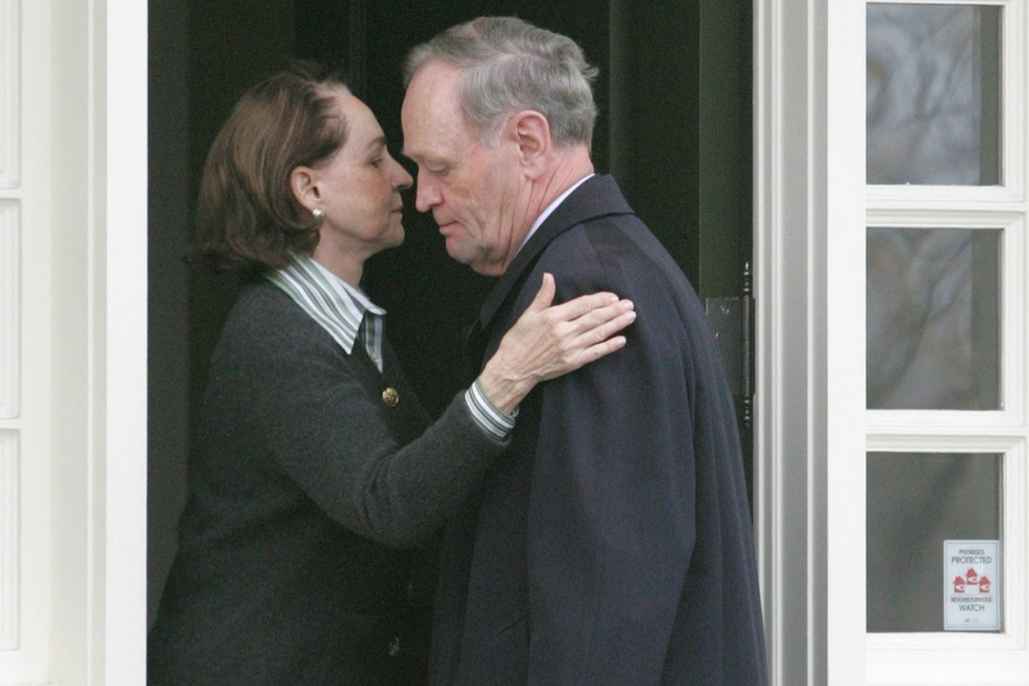 Aline Chrétien dit au revoir à son mari alors que ce dernier quitte leur domicile d'Ottawa en 2005.