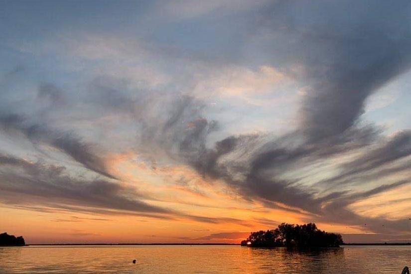 Pour cette lectrice, le plus bel endroit pour admirer le spectacle au lac Saint-François se trouve en face de cette petite île à Saint-Anicet. Certains soirs, le ciel porte un voile de mariée.