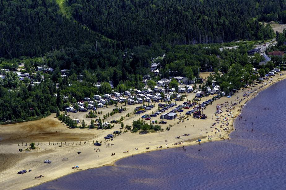 À quelques kilomètres au nord d'Alma et du parc national de la Pointe-Taillon se révèle le Camping et Plage Belley. On y offre 320emplacements à proximité d'une plage de sable fin qui s'étend sur près de 3km.