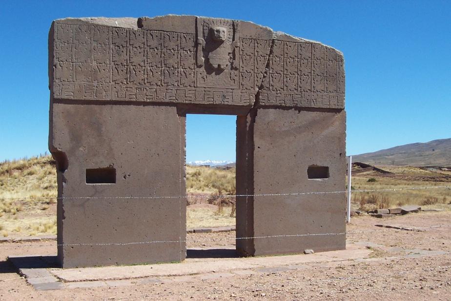 La porte du soleil du site précolombien de Tiwanaku, dans l'est de la Bolivie, près du lac Titicaca