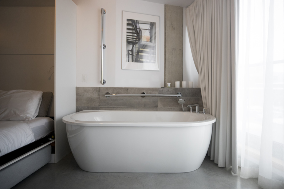 La baignoire de la chambre301 du Boxotel, collée sur la fenêtre, permet de profiter d'un maximum de lumière dans le confort total et sans être vu de l'extérieur!