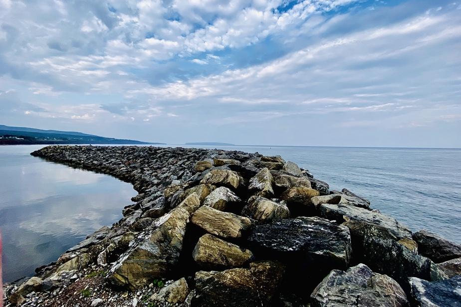 «Le brise-lames de L'Anse-à-Beaufils protège les bateaux des pêcheurs de la houle du large.»