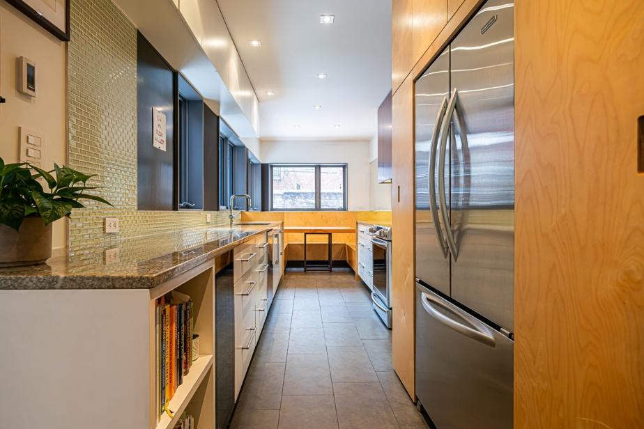 La cuisine est étroite, mais fonctionnelle. Au fond se trouve un coin banquette fait sur mesure.