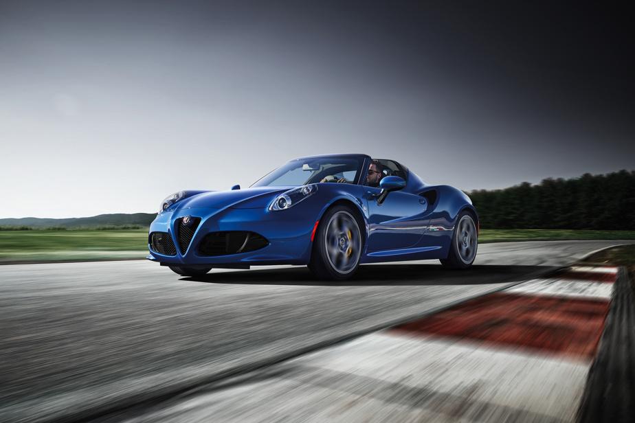 Alfa Romeo4C Spider –Porte-étendard d'Alfa Romeo, la 4C a inauguré le retour de la marque italienne sur le sol nord-américain en 2015. Ce biplace ultraléger (1128kg) en raison de sa monocoque en fibre de carbone était sans doute trop cher pour les performances offertes par son petit quatre-cylindres turbo (237ch), mais offrait une expérience de conduite très tactile et sans égal.