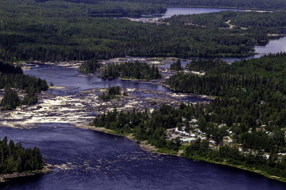 Aussi au Saguenay–Lac-Saint-Jean, le camping Chute à l'Ours est voisin de la rivière Ashuapmushuan.