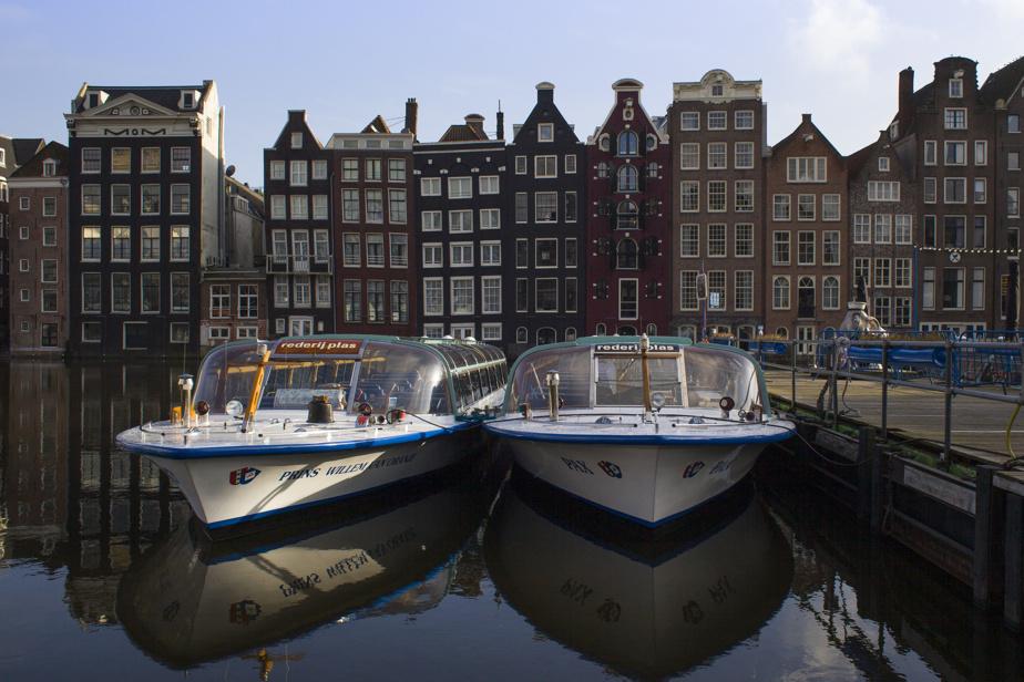 Les touristes se font encore rares à Amsterdam à cause de la pandémie. La ville, qui recevait près de 20millions de visiteurs chaque année avant la pandémie, cherche des moyens d'éviter le retour des foules immenses dans son centre historique.