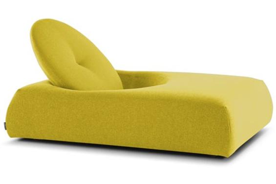 Le mobilier jaune éclatant s'affirme. Cette chaise longue Macaron, dessinée par le designer Stefan Heiliger, devient un fauteuil, une chaise longue ou un terrain de jeu pour les enfants selon l'inclinaison du dossier. Offerte chez RocheBobois.