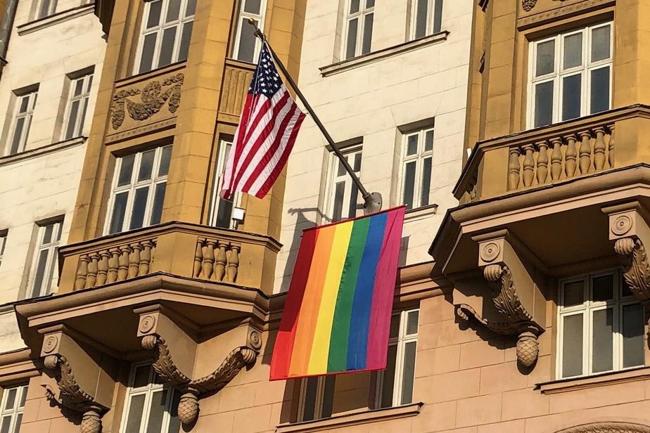 Poutine se moque du drapeau arc-en-ciel de l'ambassade des États-Unis