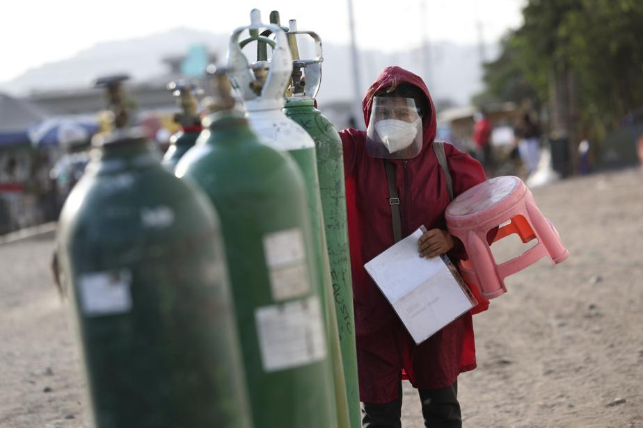 La pandémie a frappé de plein fouet le Pérou dont le système de santé souffre depuis des années d'un sous-investissement chronique. La pénurie récurrente d'oxygène force les gens à patienter des heures, voire des jours, pour tenter de sauver leurs proches.
