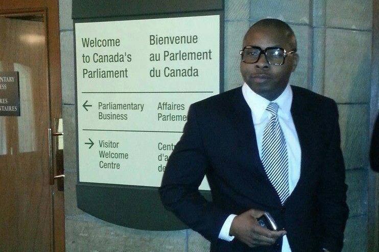 Ekens Azubuike devant le parlement du Canada, à Ottawa