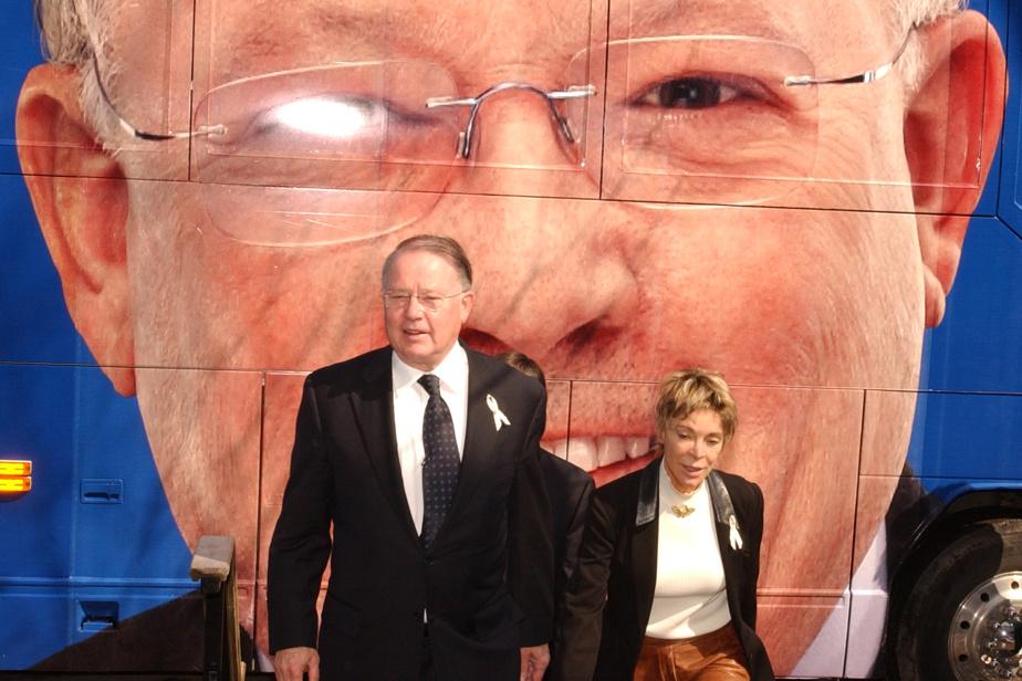 En 2003, le 12mars, Bernard Landry déclenche les élections générales. Sa conjointe, Chantal Renaud, fera campagne à ses côtés.