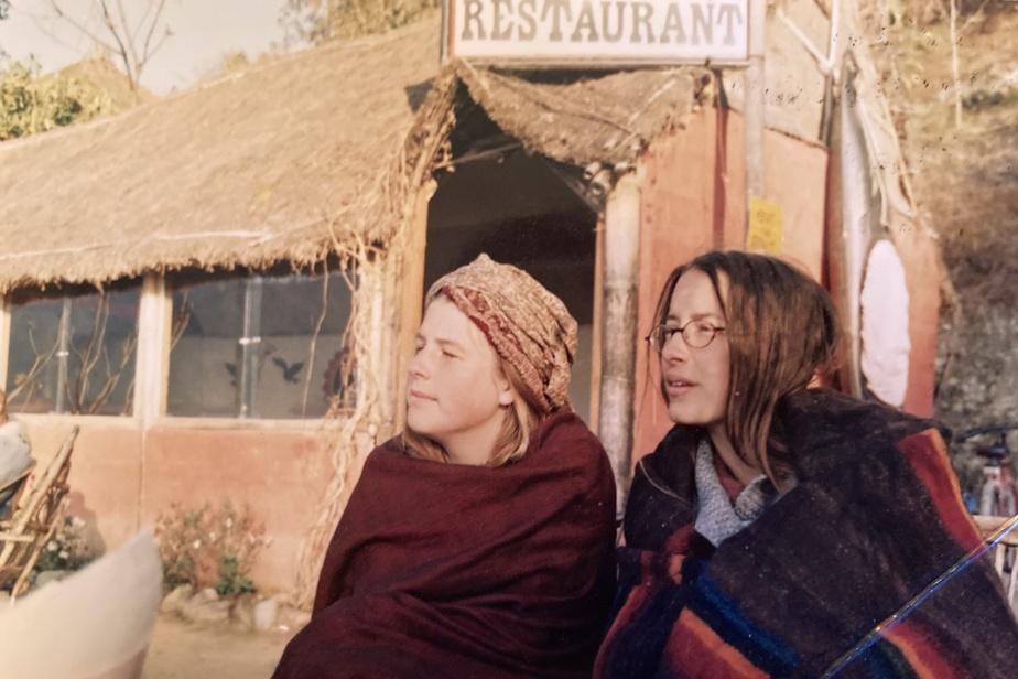 «Lorsque j'avais 20 ans, raconte Catherine Jauzion, j'ai traversé la moitié du globe pour rejoindre un amoureux à qui j'avais donné rendez-vous à Durbar Square, au Népal. Il partait de l'ouest vers l'Asie et moi, de Montréal vers l'est. J'ai fait la route de mon côté avec une fille, Beth, qui est devenue une précieuse amie.» Voici Beth et Catherine à Pokhara, au Népal, en janvier1999.
