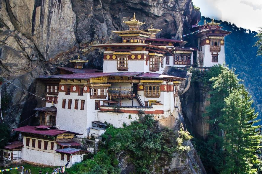 Cette photo du monastère bouddhiste Taktsang Lhakhang, mieux connu sous le nom de Tiger's Nest, qui s'accroche à flanc de montagne à 900m au-dessus de la vallée de Paro, au Bhoutan, a été envoyée par Serge Bibeau, qui a séjourné là-bas pendant une douzaine de jours, en septembre2013.