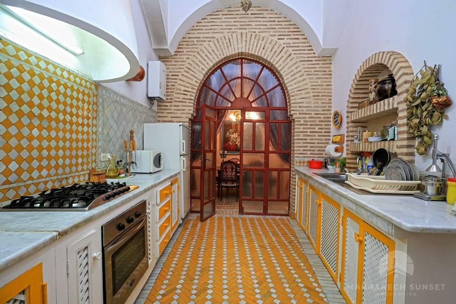 La cuisine mise sur le jaune et le blanc.