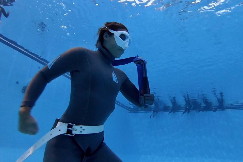 Un des exercices d'entraînement de l'apnée sportive consiste à «courir» au fond de la piscine avec des poids.