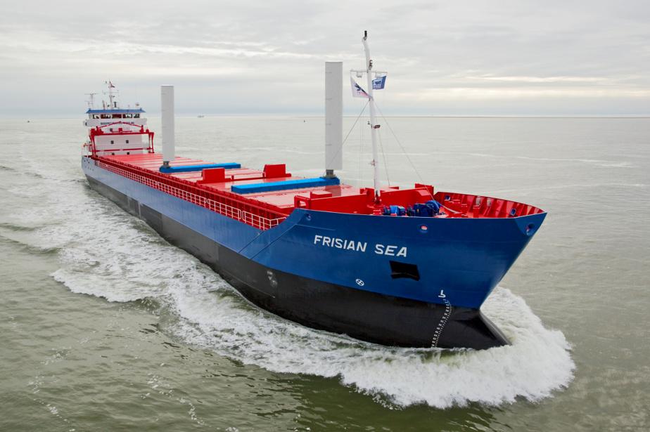 Ce petit navire-cargo néerlandais est équipé d'ailes à succion dans le cadre d'un projet de financement technologique maritime de l'Union européenne.