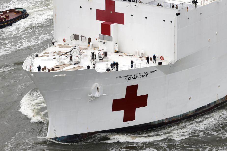New York a salué lundi l'arrivée d'un navire-hôpital militaire de 1000 lits le USNS Comfort