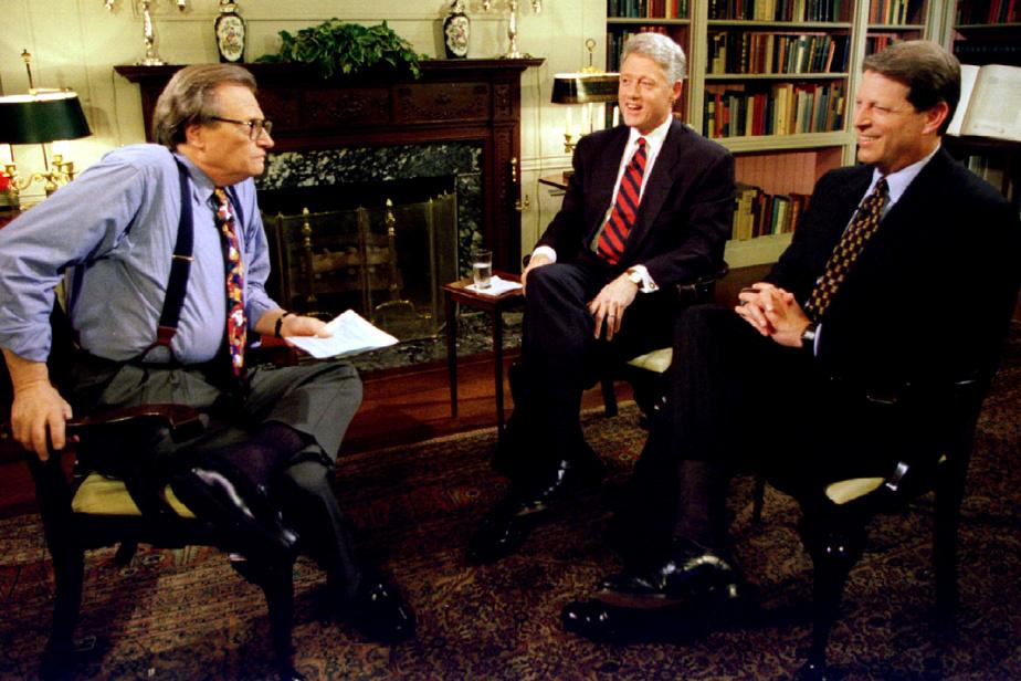 Larry King avec le président et le vice-président des États-Unis de l'époque Bill Clinton et Al Gore à la Maison-Blanche, en juin1995