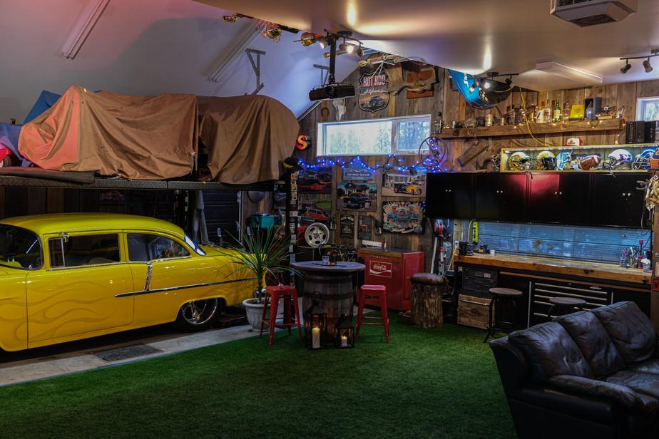 «C'est avec bonheur que je vous présente le garage de mon mari, Serge Beaulieu, écrit Lyne St-Martin. Il est un épicurien rassembleur et son garage unique le représente bien. Nous y avons vécu de nombreux évènements mémorables: party du SuperBowl, anniversaires des enfants (Jade, Jordan et Cristophe), repêchage de la LCF de l'aîné, piste de danse, 5à7… C'est même devenu un gym en temps de COVID.» La voiture jaune est une Chevrolet BelAir1955, dans la famille depuis 1992, précise-t-elle.